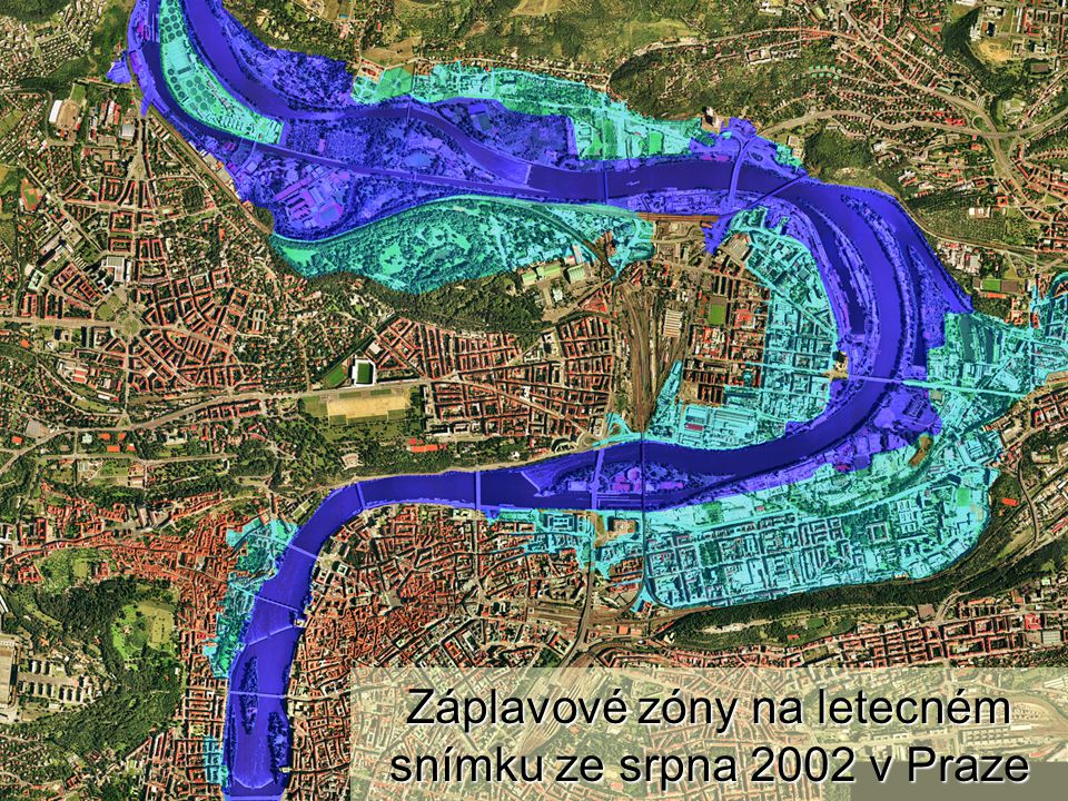 Záplavové zóny na letecném snímku ze srpna 2002 v Praze
