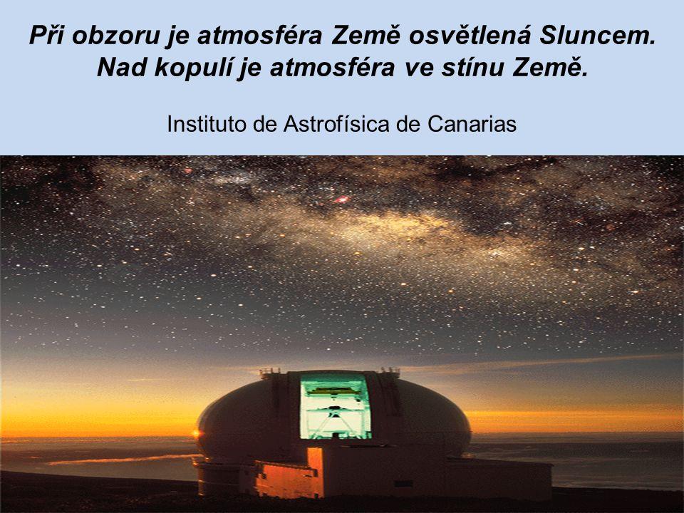 Při obzoru je atmosféra Země osvětlená Sluncem
