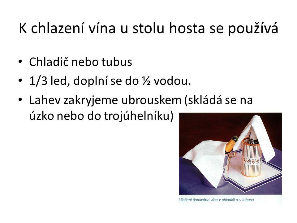 K chlazení vína u stolu hosta se používá