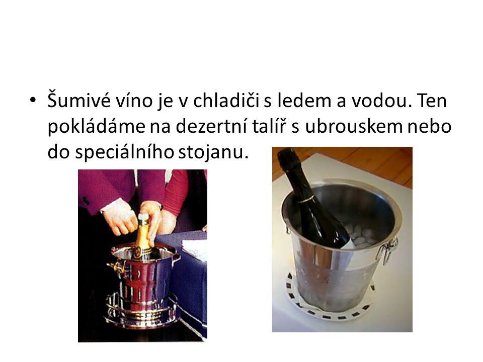 Šumivé víno je v chladiči s ledem a vodou