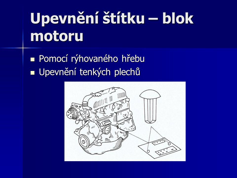 Upevnění štítku – blok motoru