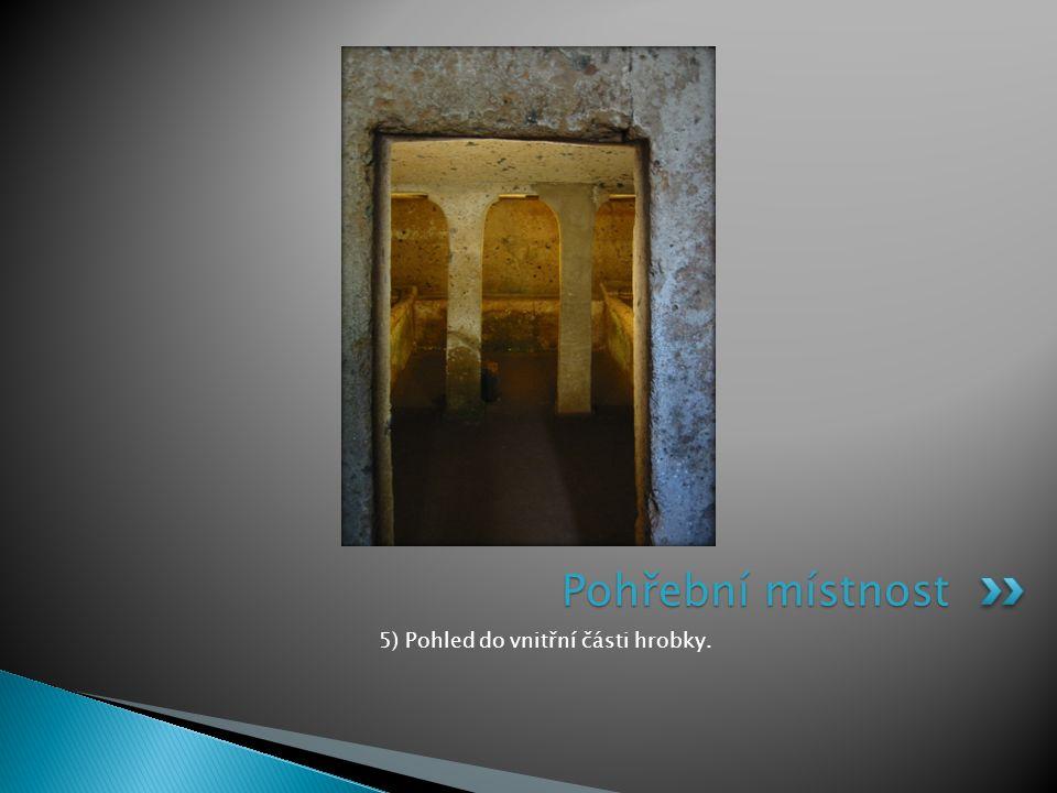 5) Pohled do vnitřní části hrobky.
