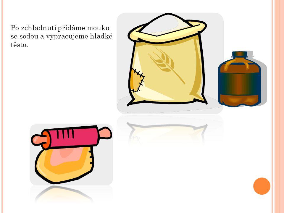 Po zchladnutí přidáme mouku se sodou a vypracujeme hladké těsto.