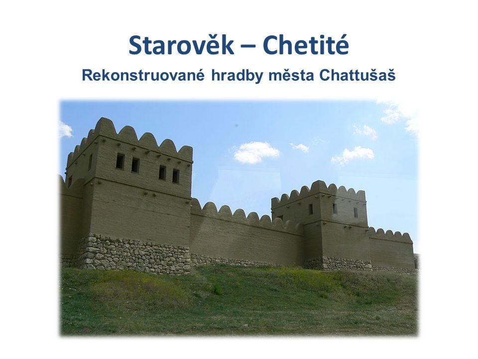 Rekonstruované hradby města Chattušaš