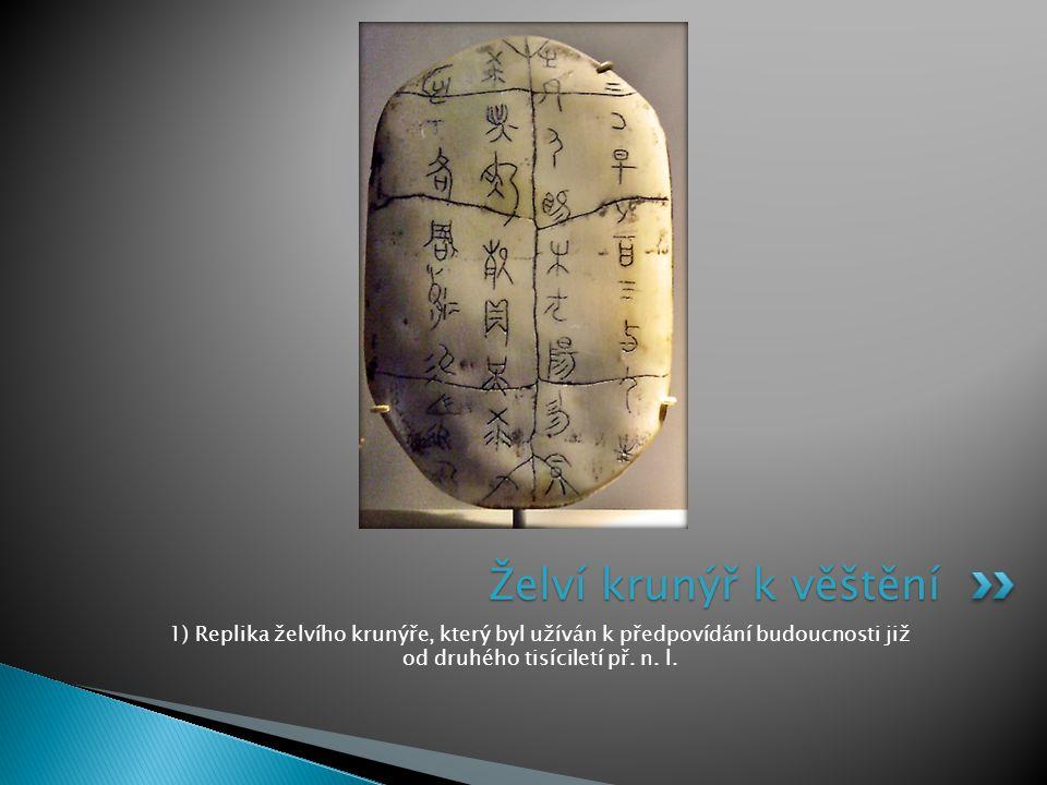 Želví krunýř k věštění 1) Replika želvího krunýře, který byl užíván k předpovídání budoucnosti již od druhého tisíciletí př.