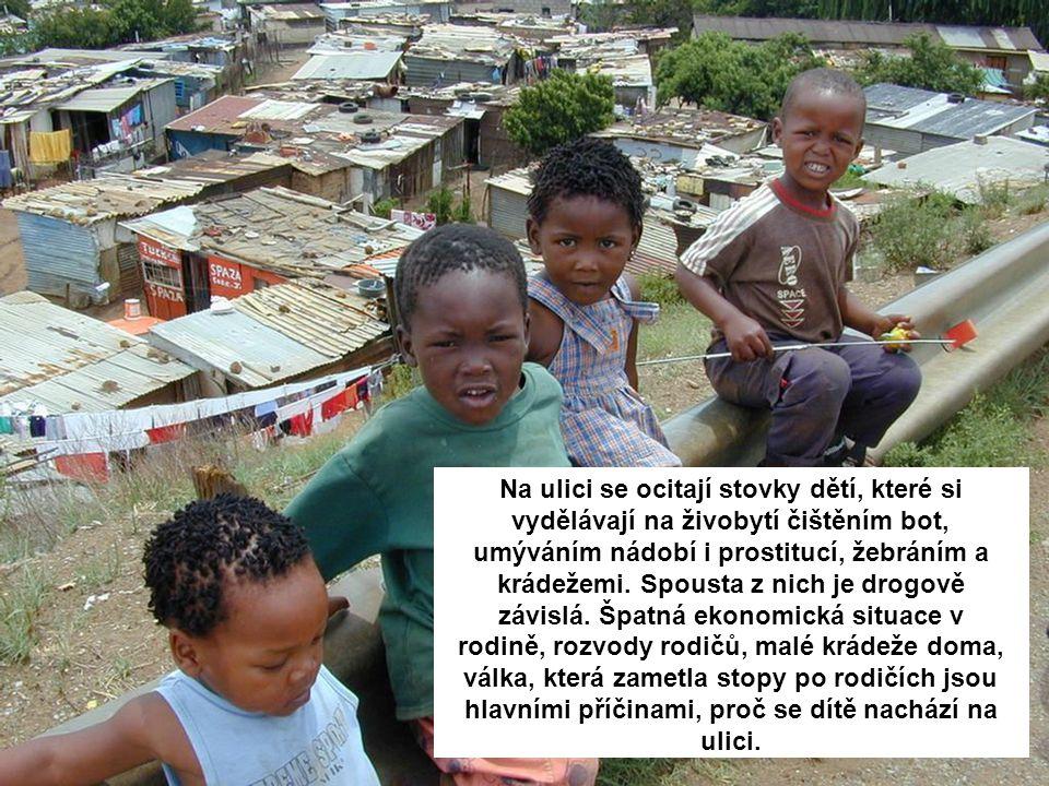 Na ulici se ocitají stovky dětí, které si vydělávají na živobytí čištěním bot, umýváním nádobí i prostitucí, žebráním a krádežemi.