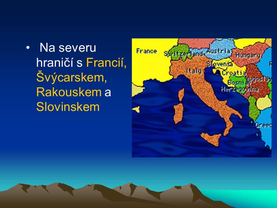 Na severu hraničí s Francií, Švýcarskem, Rakouskem a Slovinskem