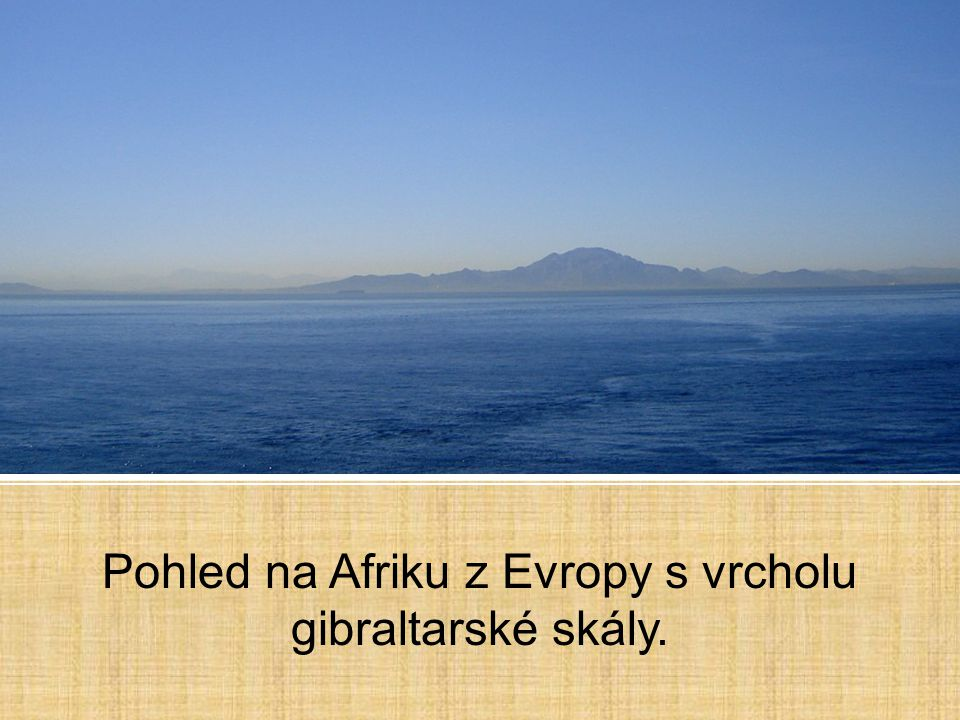 Pohled na Afriku z Evropy s vrcholu gibraltarské skály.