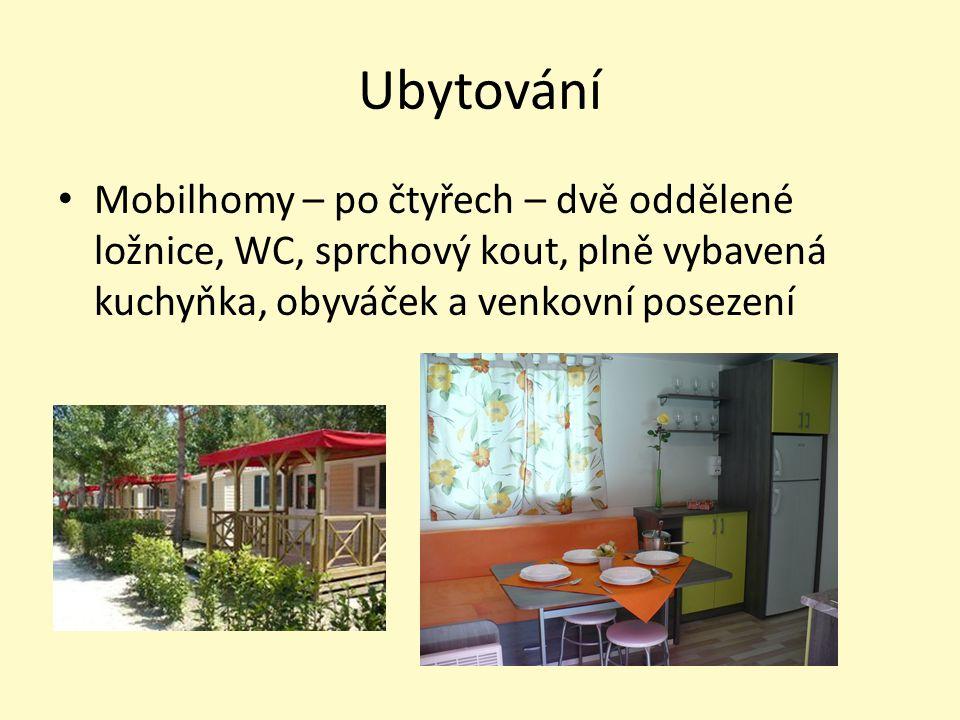 Ubytování Mobilhomy – po čtyřech – dvě oddělené ložnice, WC, sprchový kout, plně vybavená kuchyňka, obyváček a venkovní posezení.