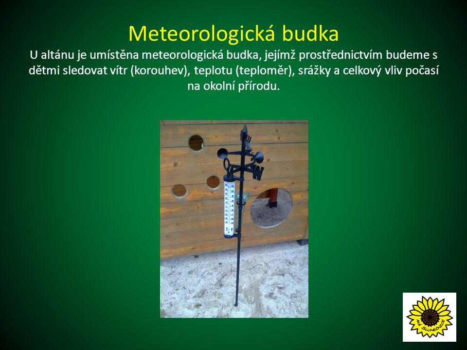 Meteorologická budka U altánu je umístěna meteorologická budka, jejímž prostřednictvím budeme s dětmi sledovat vítr (korouhev), teplotu (teploměr), srážky a celkový vliv počasí na okolní přírodu.