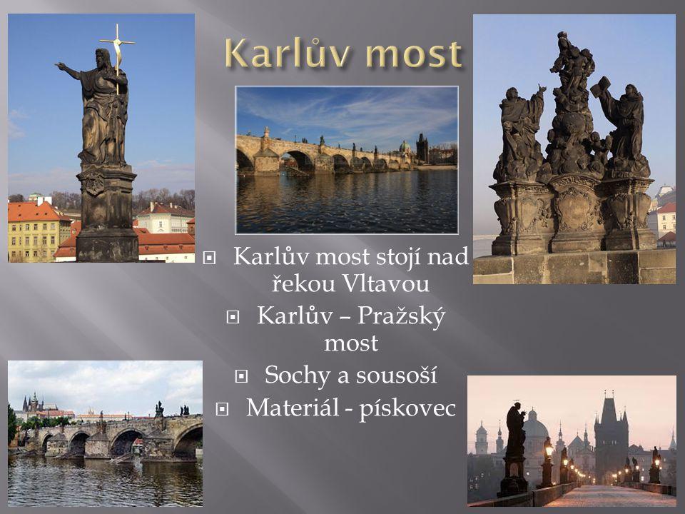 Karlův most stojí nad řekou Vltavou