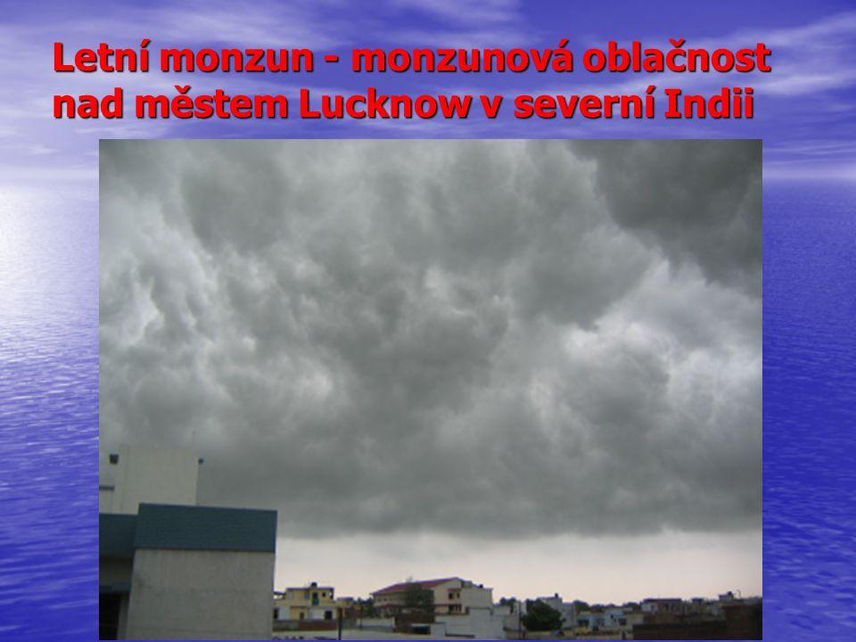 Letní monzun - monzunová oblačnost nad městem Lucknow v severní Indii