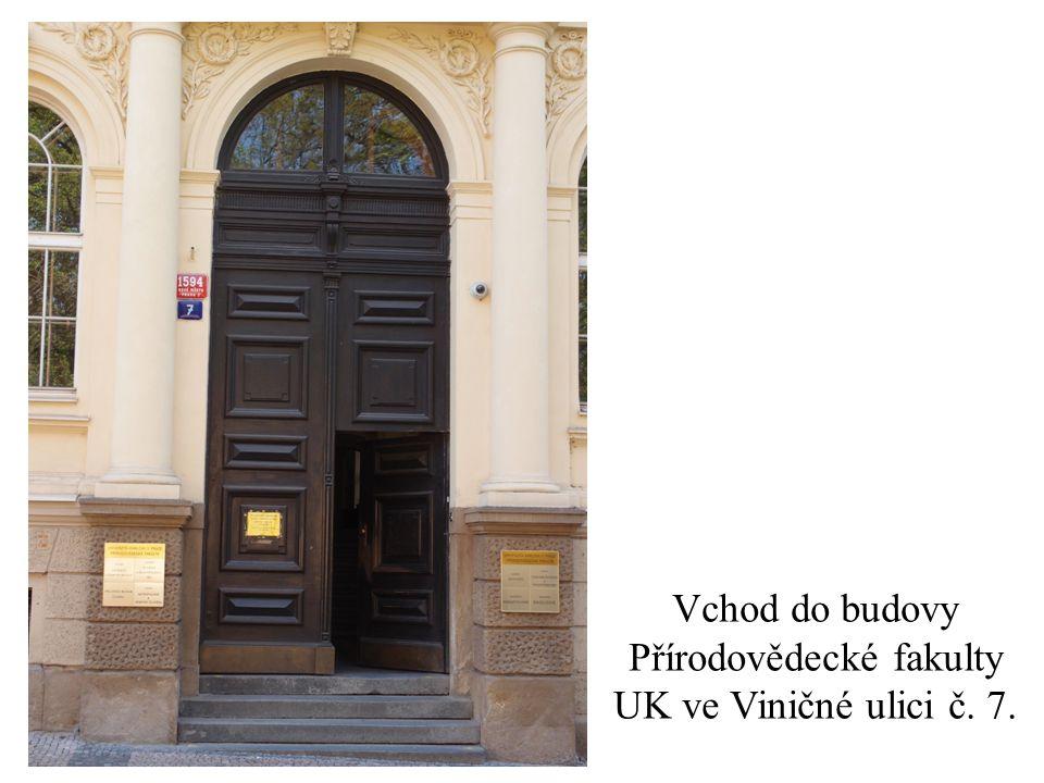 Vchod do budovy Přírodovědecké fakulty UK ve Viničné ulici č. 7.