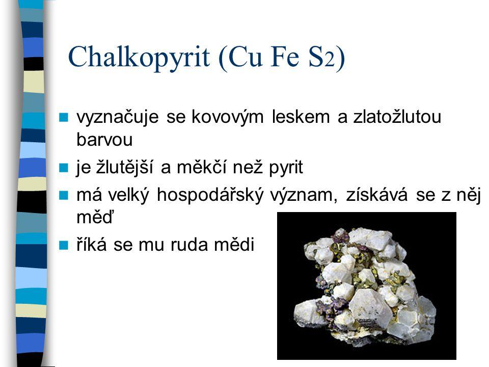 Chalkopyrit (Cu Fe S2) vyznačuje se kovovým leskem a zlatožlutou barvou. je žlutější a měkčí než pyrit.