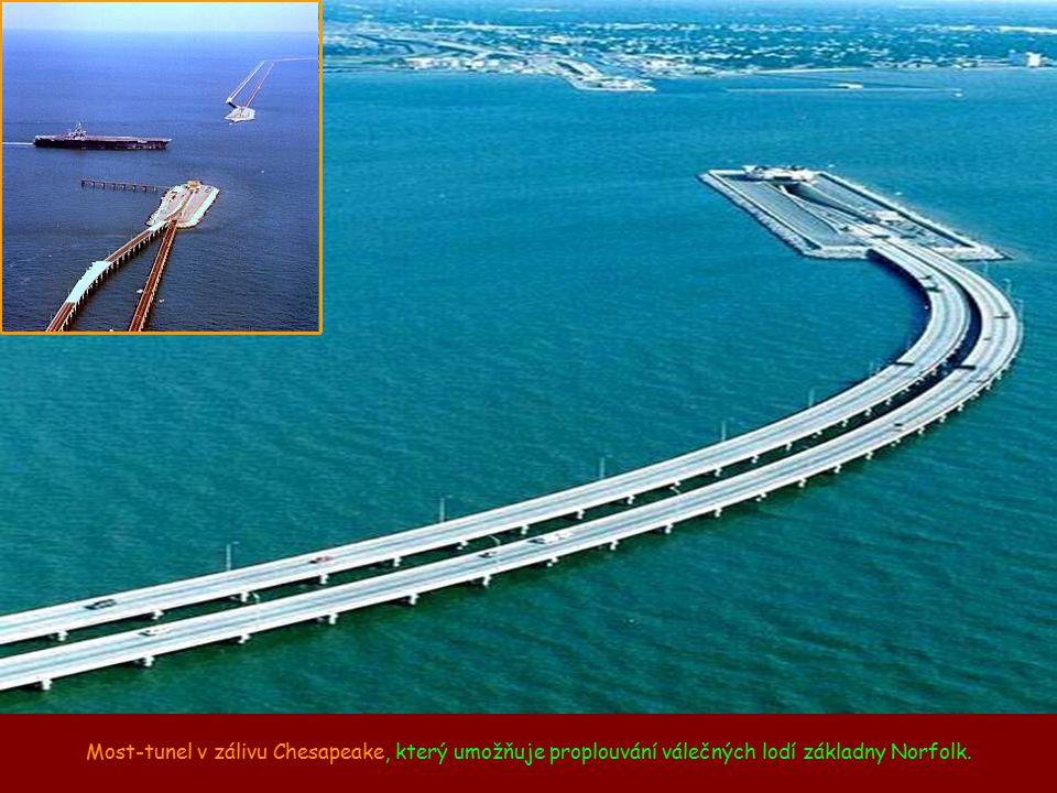 Most-tunel v zálivu Chesapeake, který umožňuje proplouvání válečných lodí základny Norfolk.