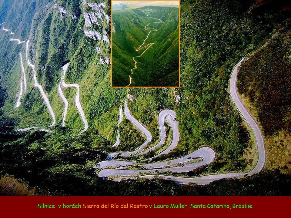 Silnice v horách Sierra del Río del Rastro v Lauro Müller, Santa Catarina, Brazílie.