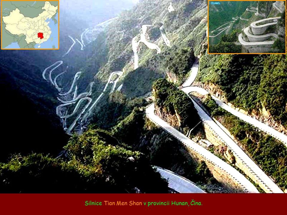 Silnice Tian Men Shan v provincii Hunan, Čína.