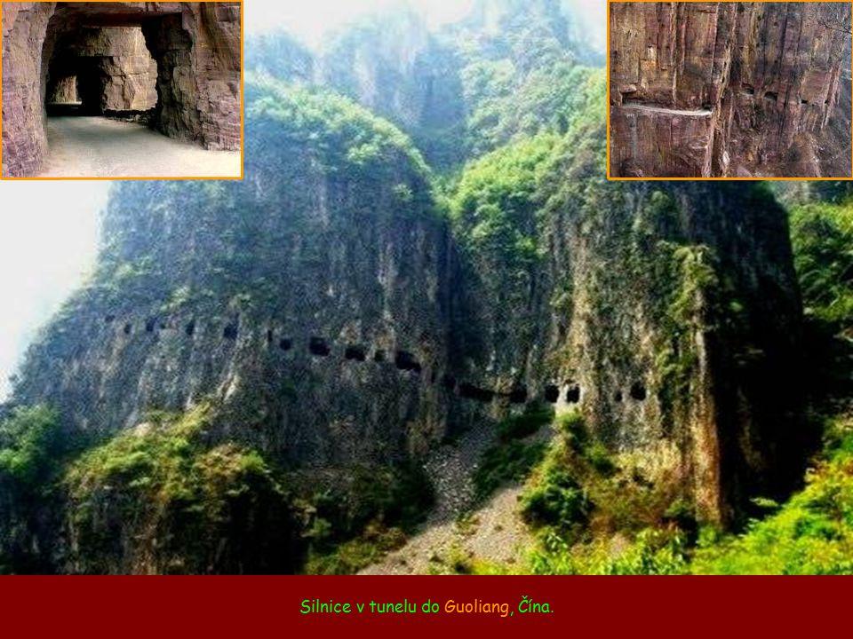 Silnice v tunelu do Guoliang, Čína.