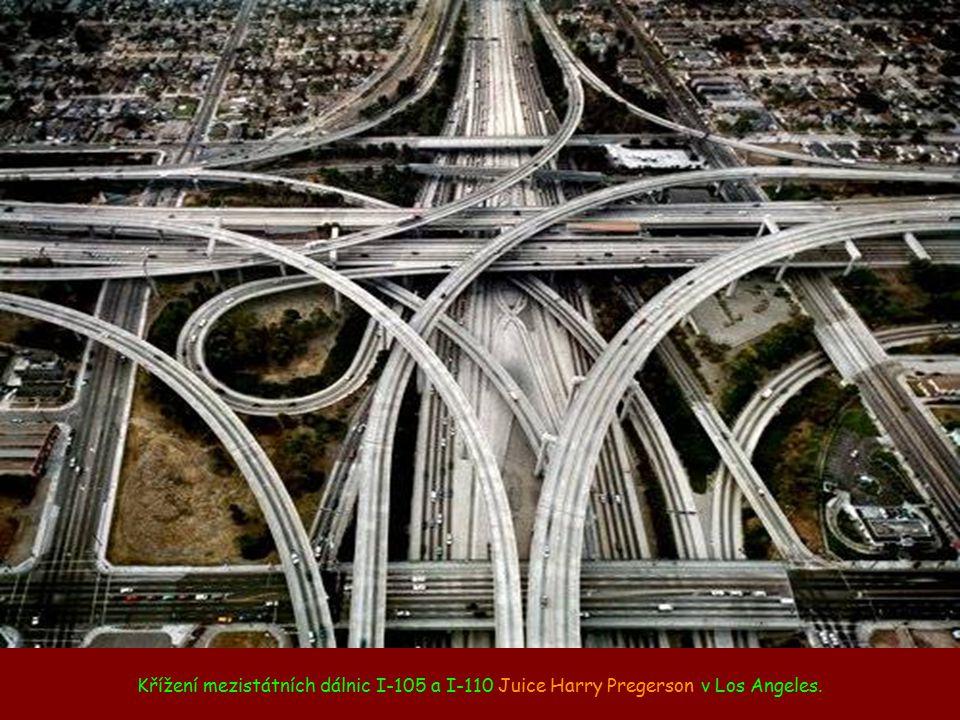 Křížení mezistátních dálnic I-105 a I-110 Juice Harry Pregerson v Los Angeles.