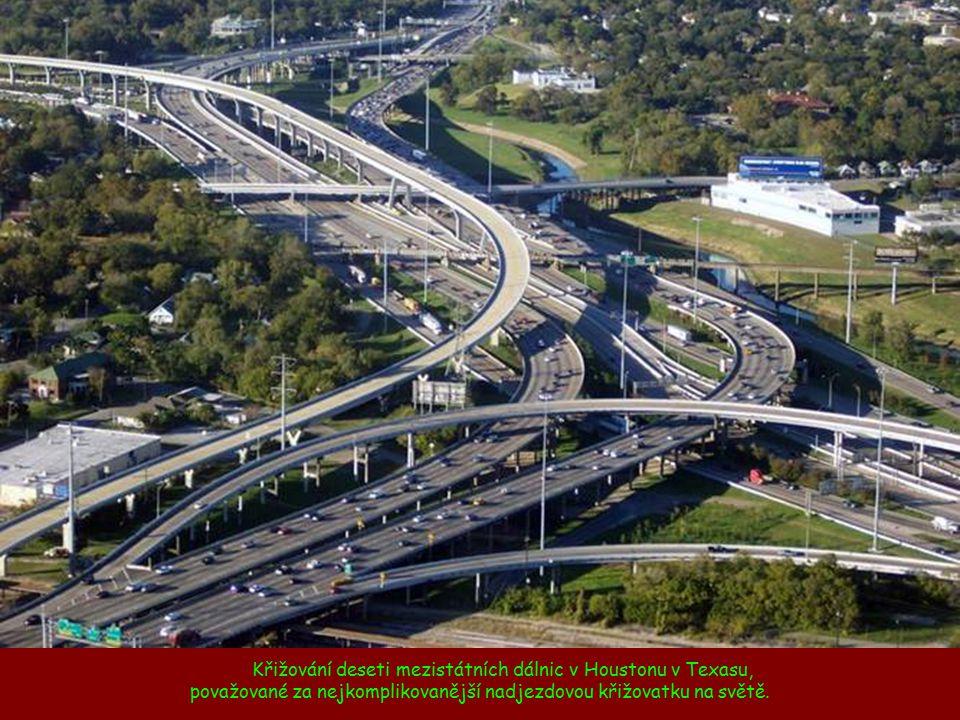 Křižování deseti mezistátních dálnic v Houstonu v Texasu, považované za nejkomplikovanější nadjezdovou křižovatku na světě.