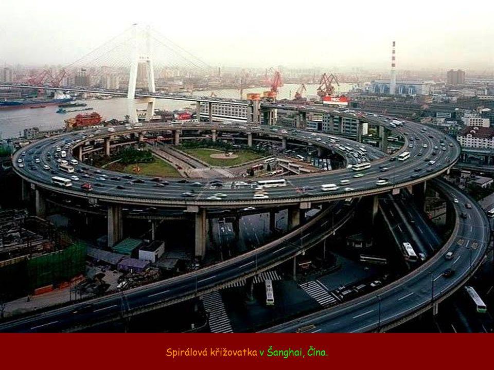 Spirálová křižovatka v Šanghai, Čína.