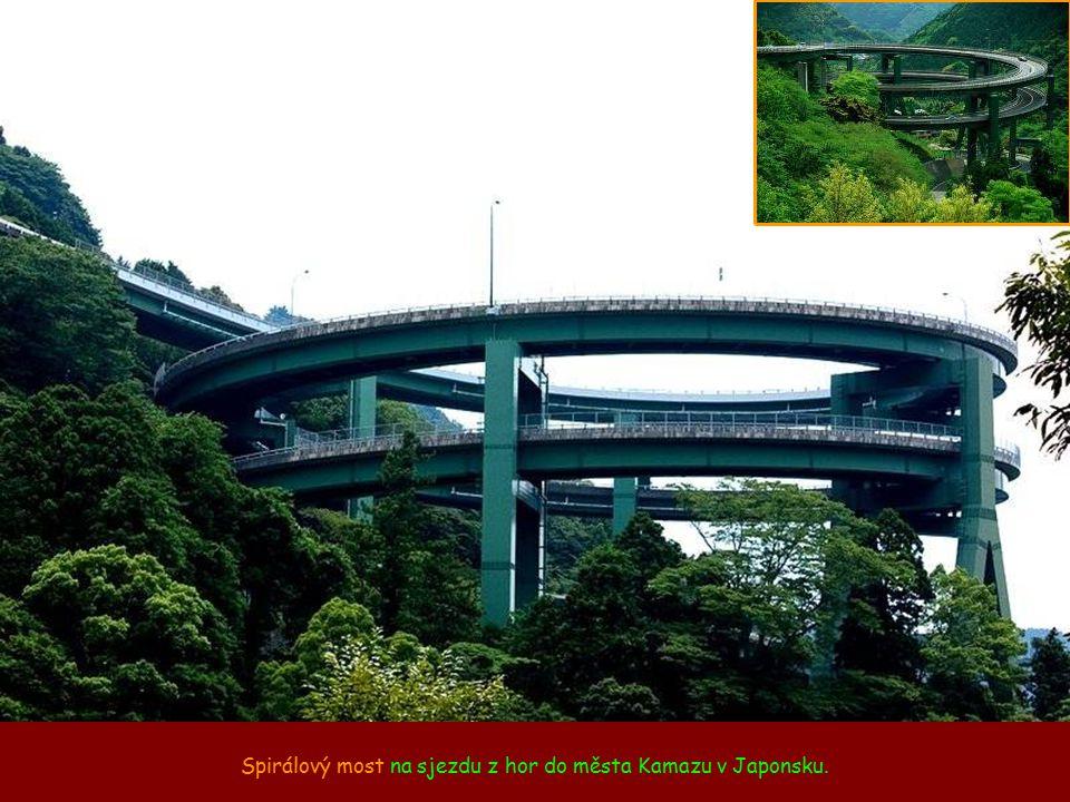 Spirálový most na sjezdu z hor do města Kamazu v Japonsku.
