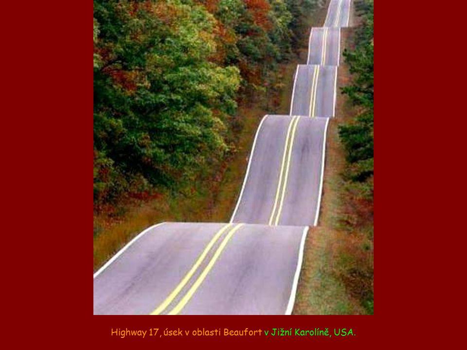 Highway 17, úsek v oblasti Beaufort v Jižní Karolíně, USA.