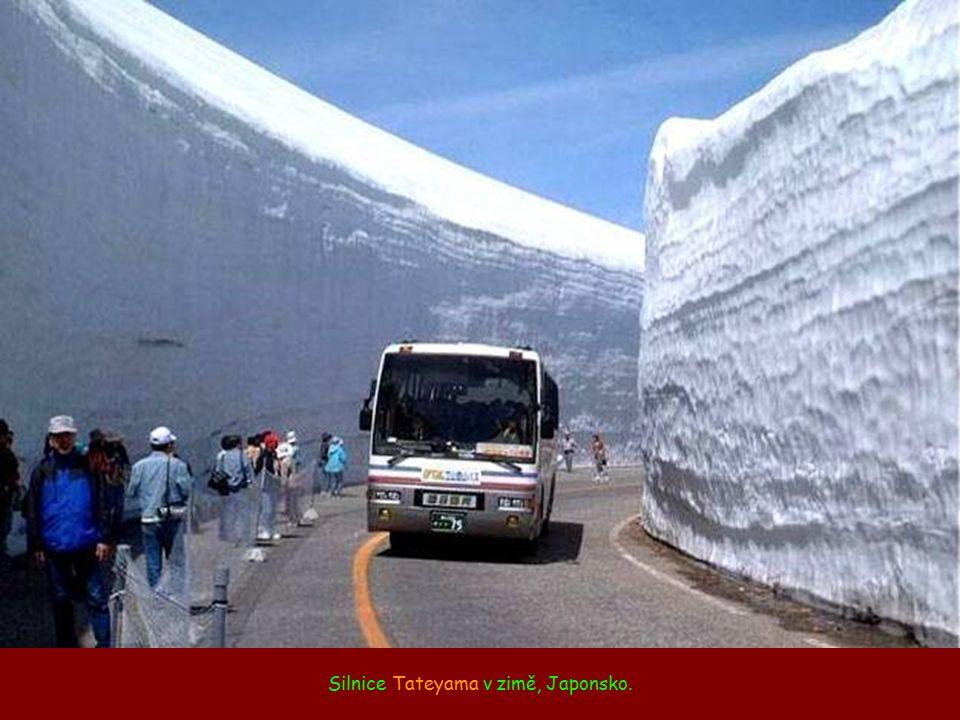 Silnice Tateyama v zimě, Japonsko.