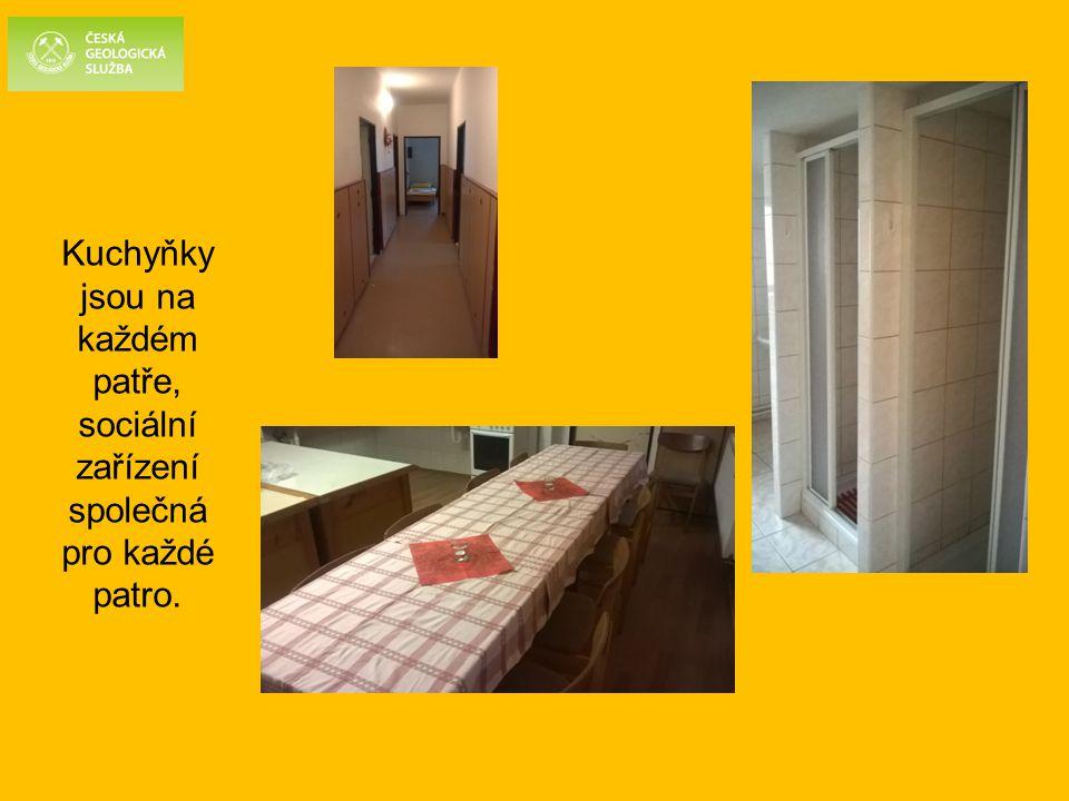 Kuchyňky jsou na každém patře, sociální zařízení společná