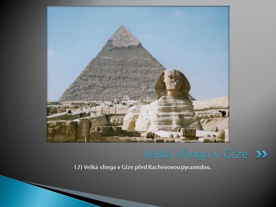 12) Velká sfinga v Gíze před Rachevovou pyramidou.