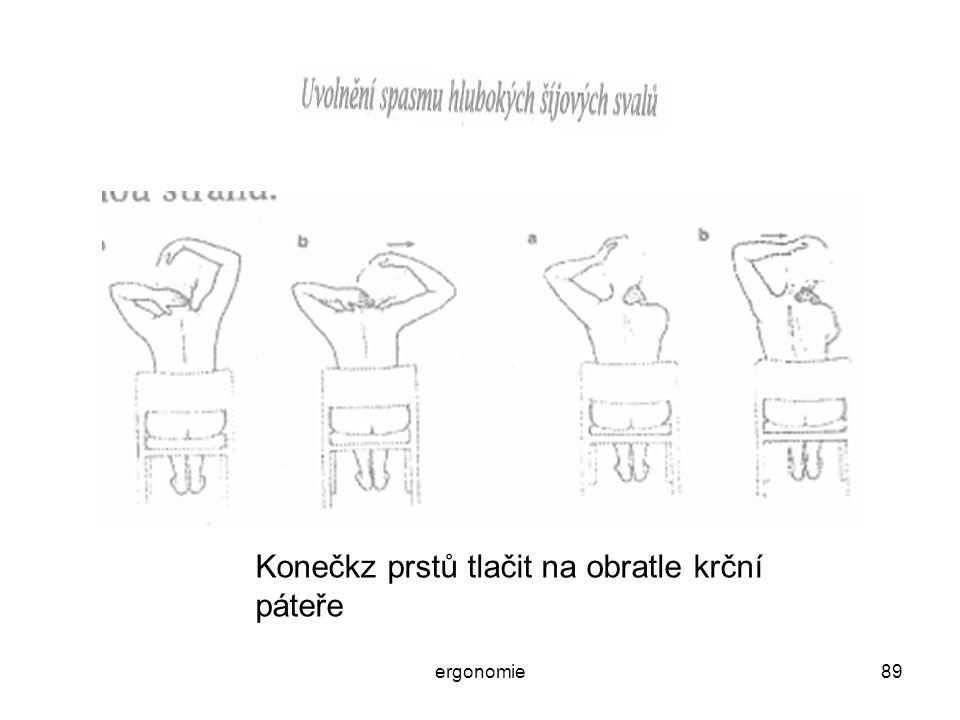 Konečkz prstů tlačit na obratle krční páteře