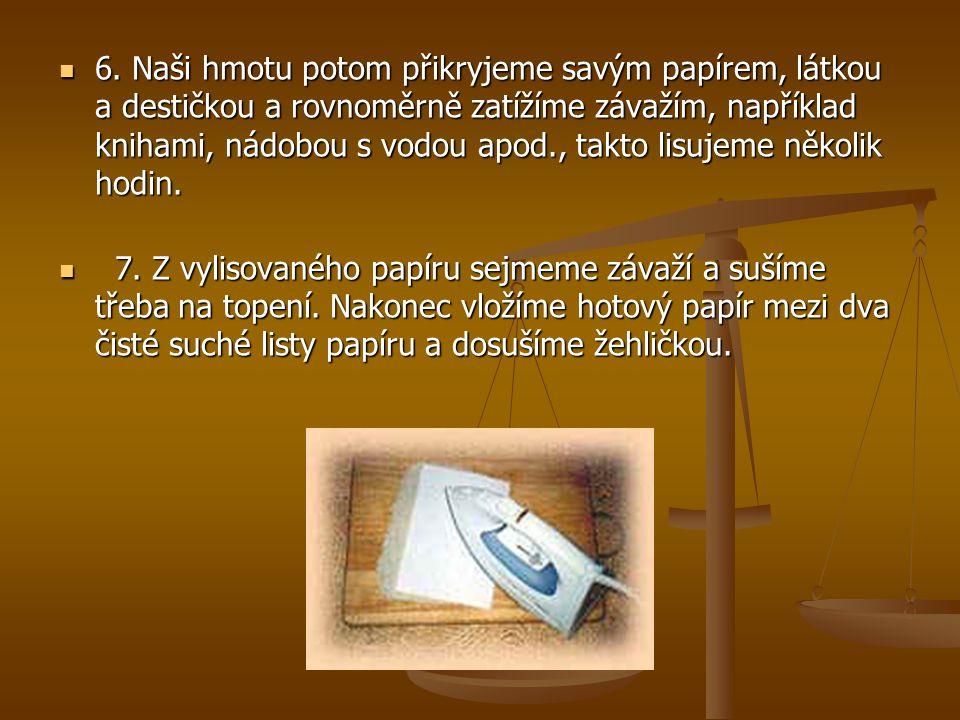 6. Naši hmotu potom přikryjeme savým papírem, látkou a destičkou a rovnoměrně zatížíme závažím, například knihami, nádobou s vodou apod., takto lisujeme několik hodin.