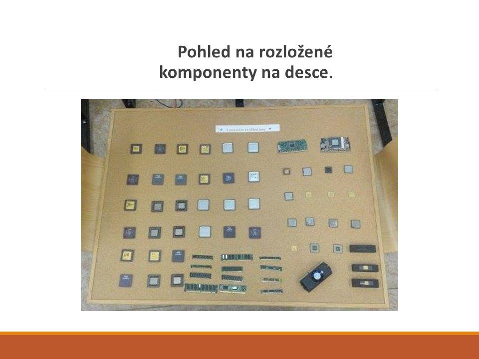 Pohled na rozložené komponenty na desce.