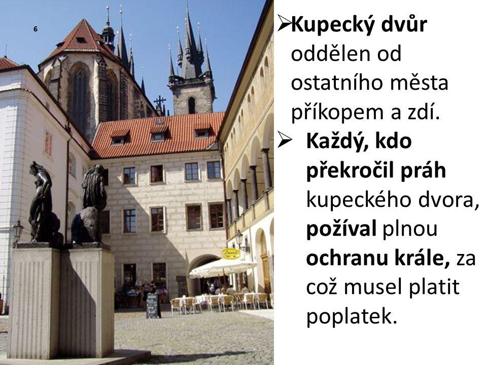 Kupecký dvůr oddělen od ostatního města příkopem a zdí.