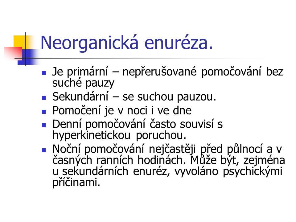 Neorganická enuréza. Je primární – nepřerušované pomočování bez suché pauzy. Sekundární – se suchou pauzou.