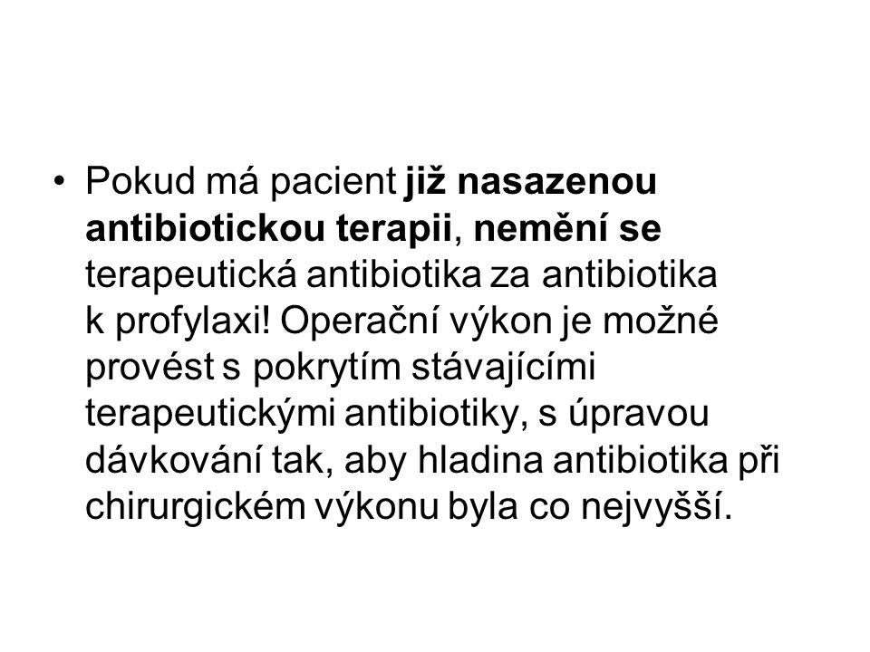 Pokud má pacient již nasazenou antibiotickou terapii, nemění se terapeutická antibiotika za antibiotika k profylaxi.