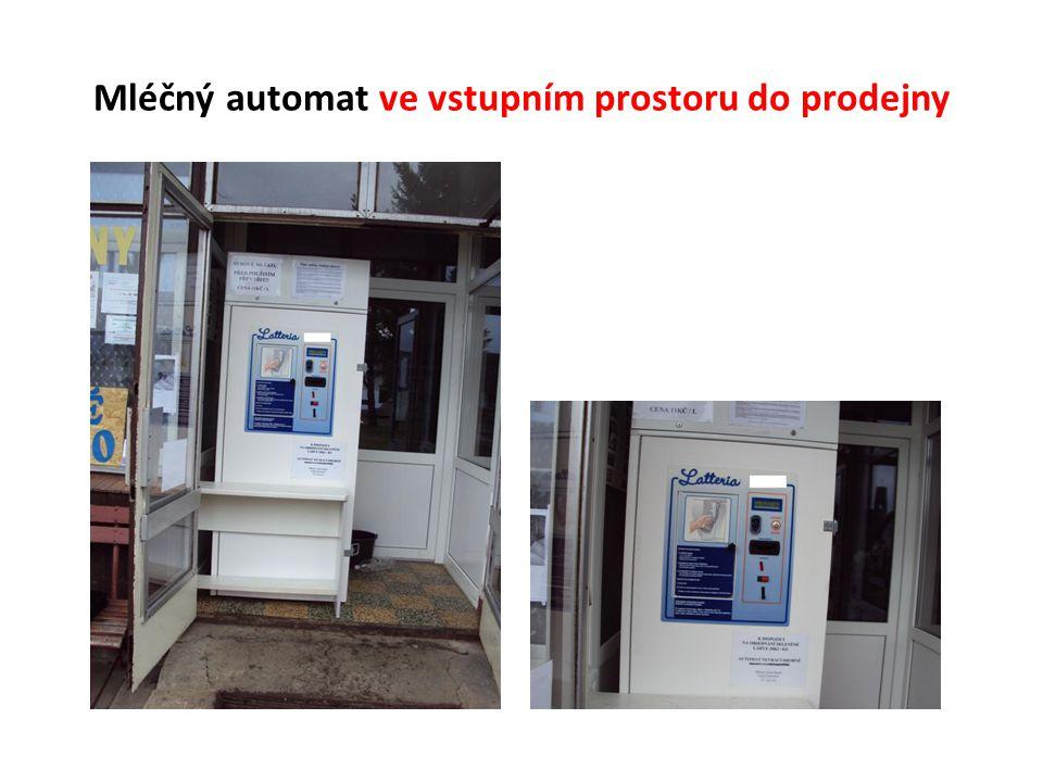 Mléčný automat ve vstupním prostoru do prodejny