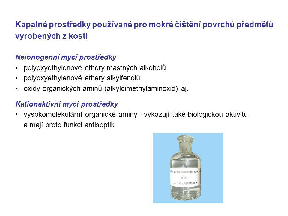 Kapalné prostředky používané pro mokré čištění povrchů předmětů