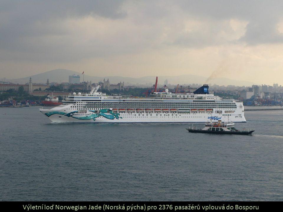 Výletní loď Norwegian Jade (Norská pýcha) pro 2376 pasažérů vplouvá do Bosporu