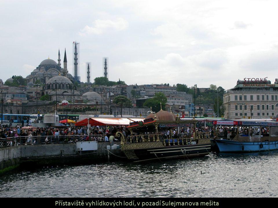 Přístaviště vyhlídkových lodí, v pozadí Sulejmanova mešita