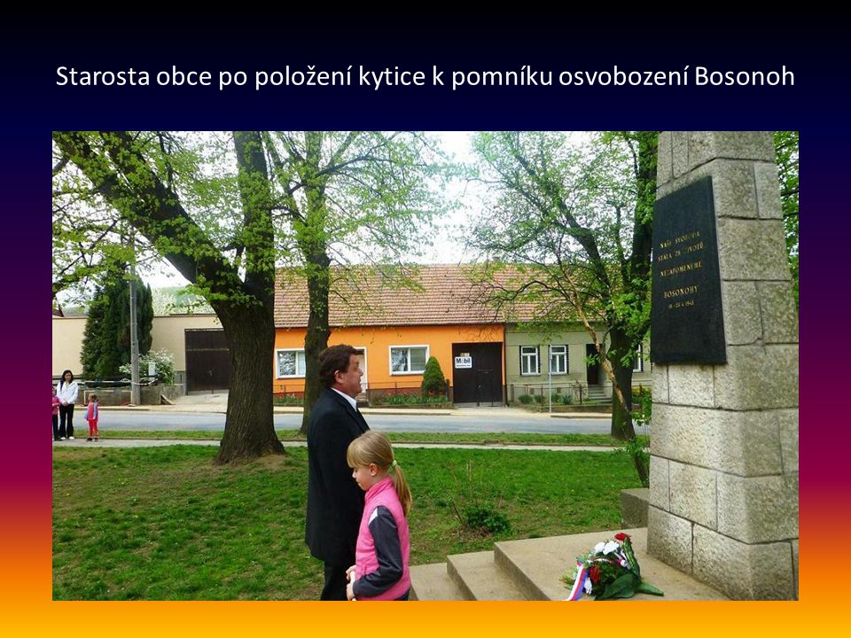 Starosta obce po položení kytice k pomníku osvobození Bosonoh