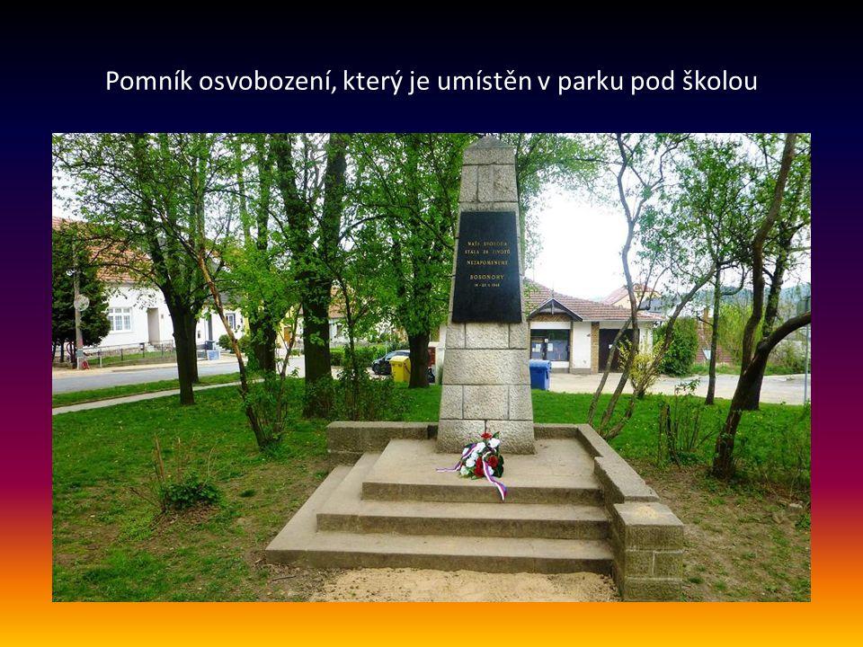 Pomník osvobození, který je umístěn v parku pod školou