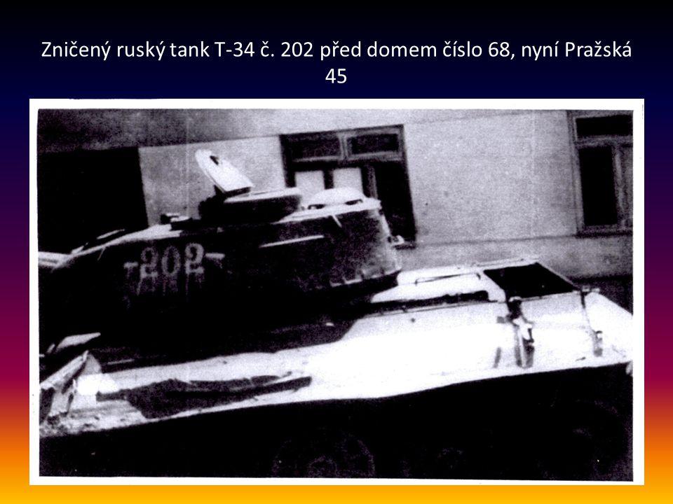 Zničený ruský tank T-34 č. 202 před domem číslo 68, nyní Pražská 45