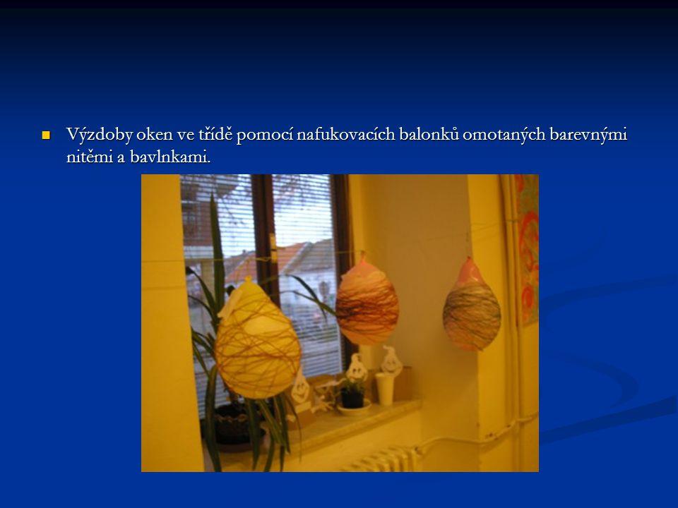 Výzdoby oken ve třídě pomocí nafukovacích balonků omotaných barevnými nitěmi a bavlnkami.