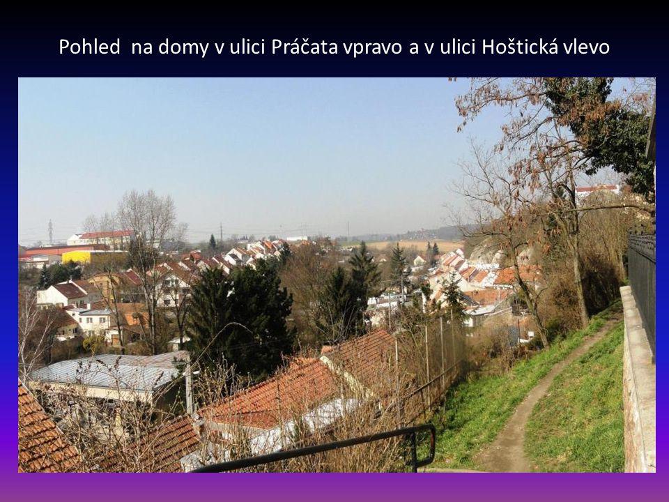 Pohled na domy v ulici Práčata vpravo a v ulici Hoštická vlevo