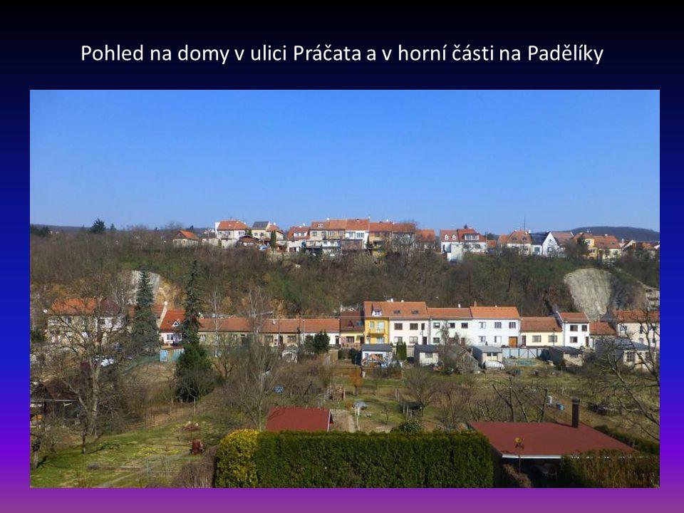 Pohled na domy v ulici Práčata a v horní části na Padělíky