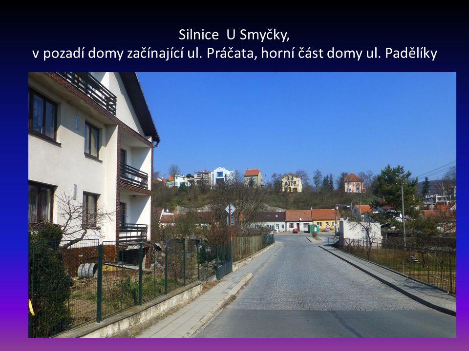Silnice U Smyčky, v pozadí domy začínající ul