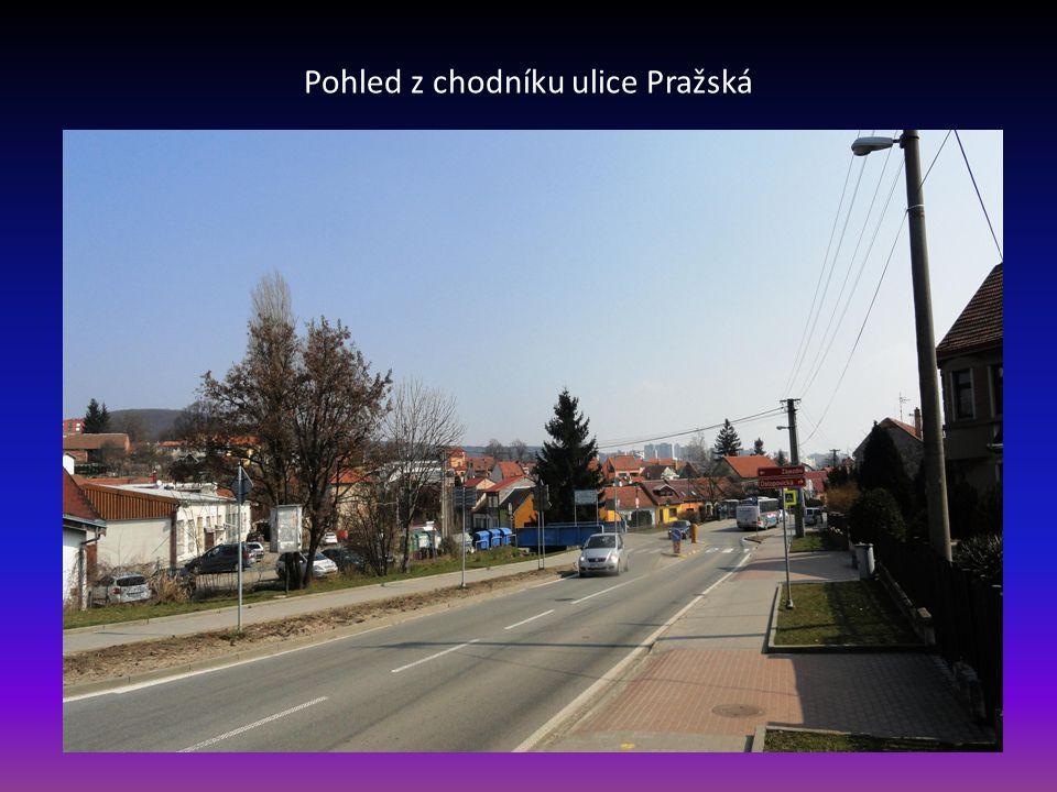 Pohled z chodníku ulice Pražská