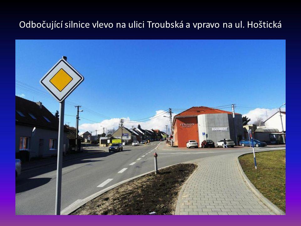 Odbočující silnice vlevo na ulici Troubská a vpravo na ul. Hoštická