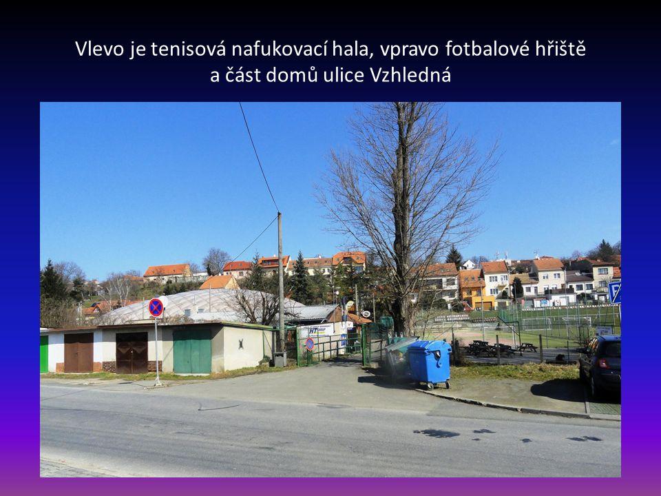 Vlevo je tenisová nafukovací hala, vpravo fotbalové hřiště a část domů ulice Vzhledná
